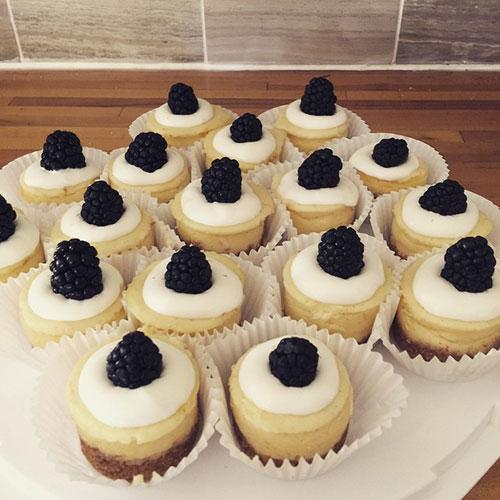 alsomini-blackberry-cheesecakes--partytime--fbp_18159297563_o